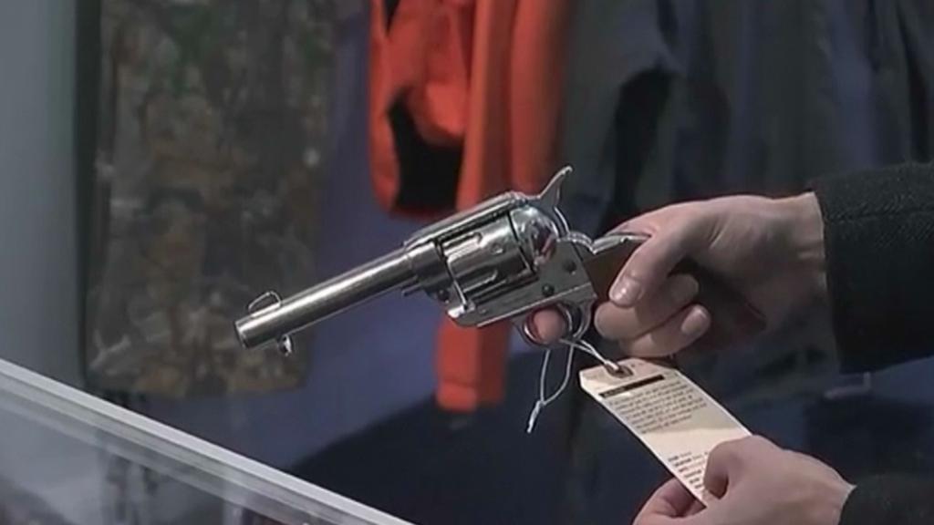Revolver se štítkem kdo, kdy a kolik lidí tímto typem zbraně usmtil