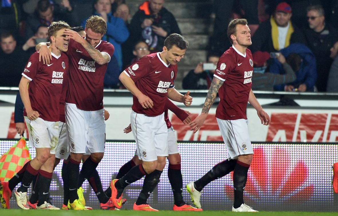 Záložník Sparty Bořek Dočkal (vlevo) se raduje se spoluhráči z gólu