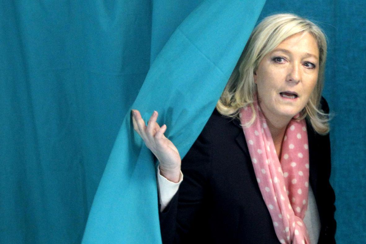 Marine Le Penová ve volební místnosti