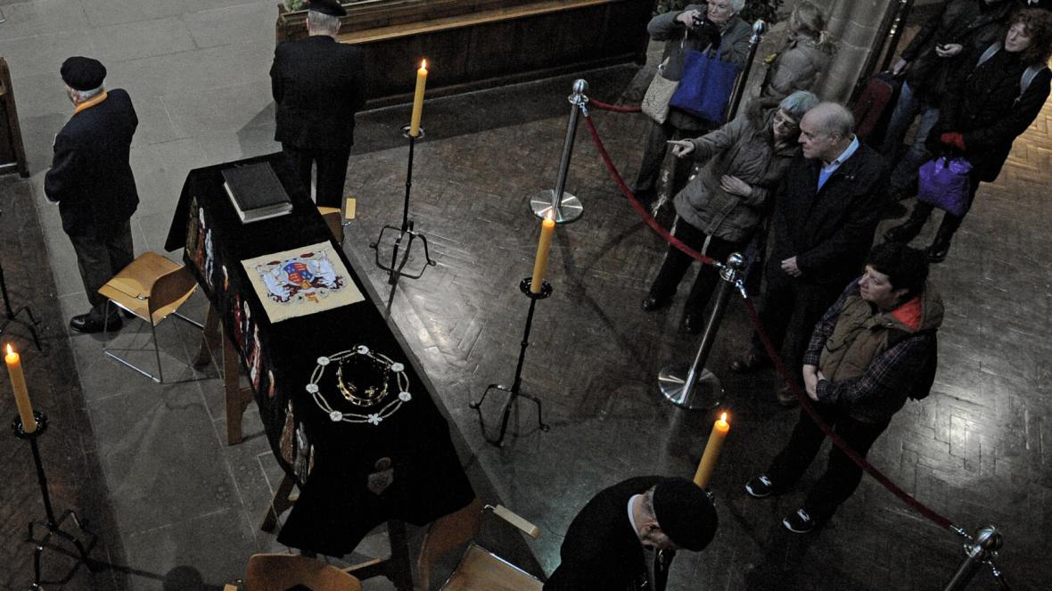 Lidé přicházejí, aby se naposledy poklonili králi Richardovi III.