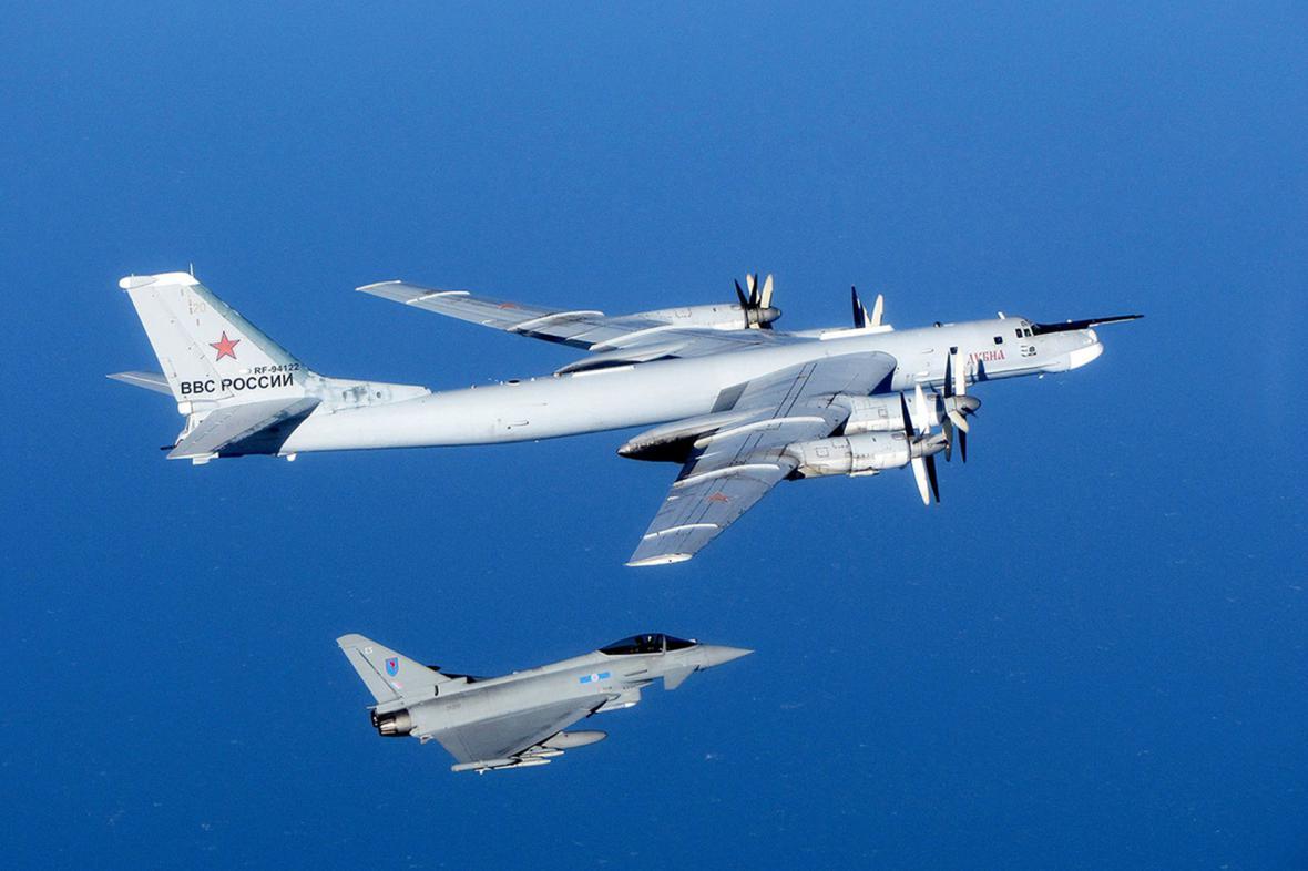 Britský Typhoon zasahuje proti ruskému TU-95