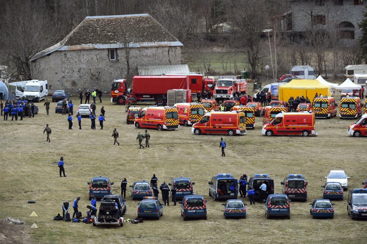 Záchranáři a četníci ve francouzské obci Seyne, odkud jsou řízeny záchranné práce