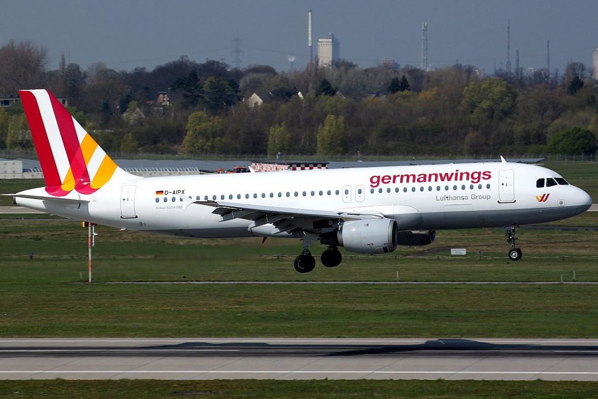 Letadlo, které se zřítilo ve francouzských Alpách, na düsseldorfském letišti