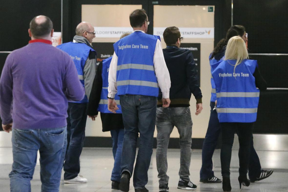 O příbuzné cestujících z Barcelony se v Düsseldorfu stará personál letiště
