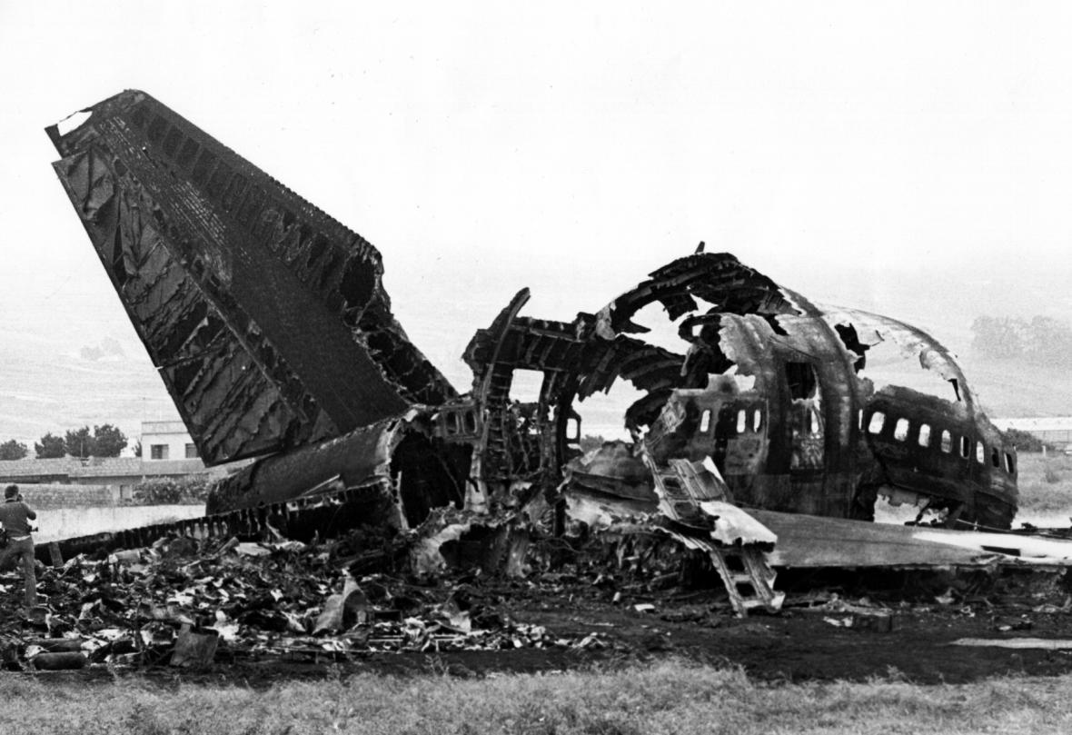 Ohořelé pozůstatky letadel po nehodě na Tenerife v roce 1977