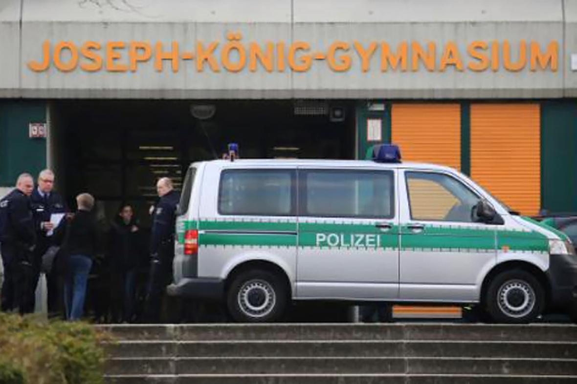 Policie před gymnáziem Josepha Königa v západoněmeckém Haltern am See