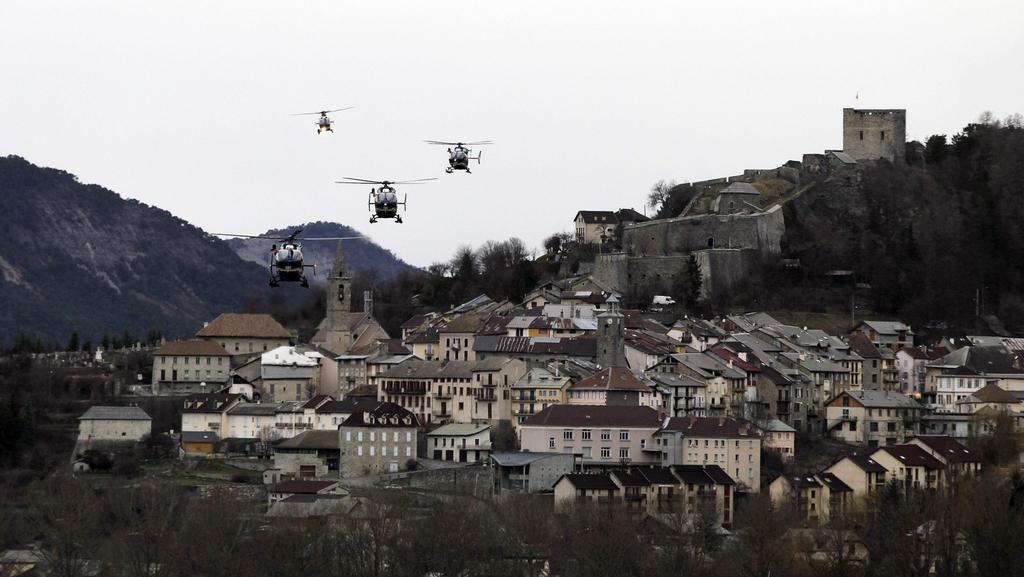 Vrtulníky nad městem Seyne-les-Alpes