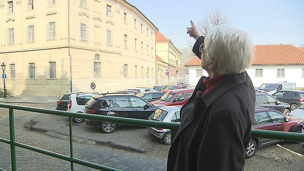 Marie Švábová ukazuje místo nové stavby naproti špitálu sv. Judy a Tadeáše