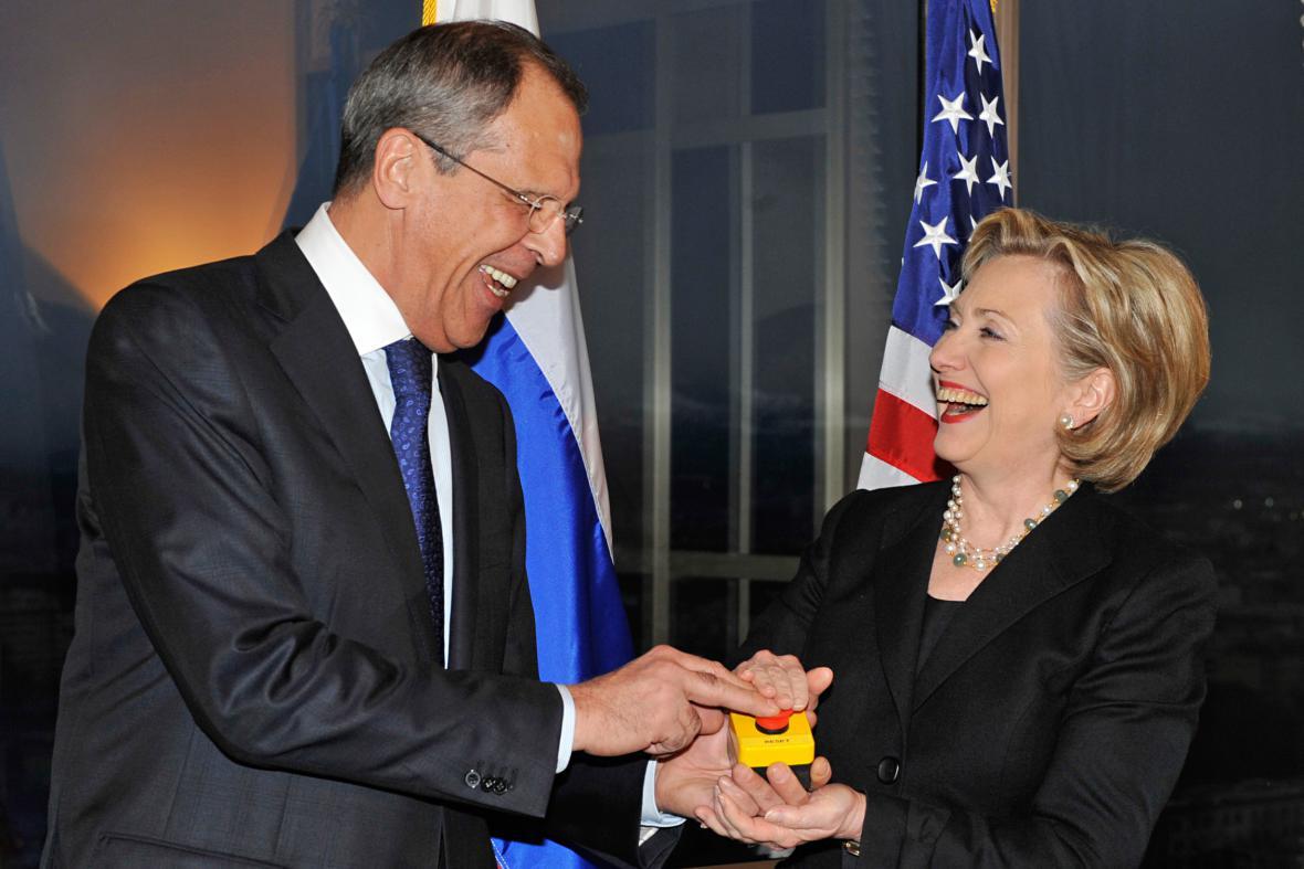Lavrov a Clintonová s tlačítkem nové éry rusko-amerických vztahů