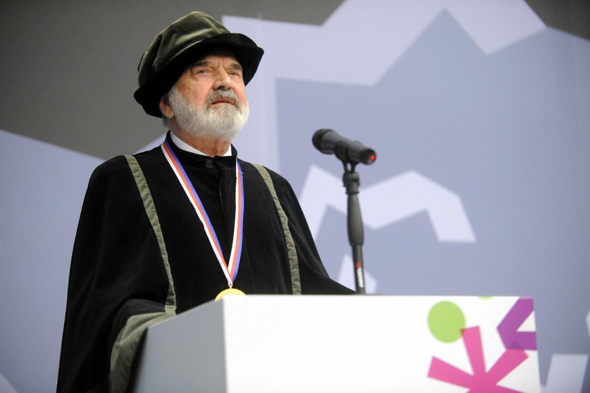 Zdeněk Svěrák převzal čestný doktorát a medaili