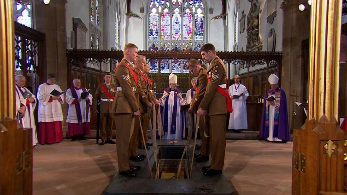 Rakev s ostatky Richarda lll. spočinula v kryptě pod katedrálou v Leicesteru