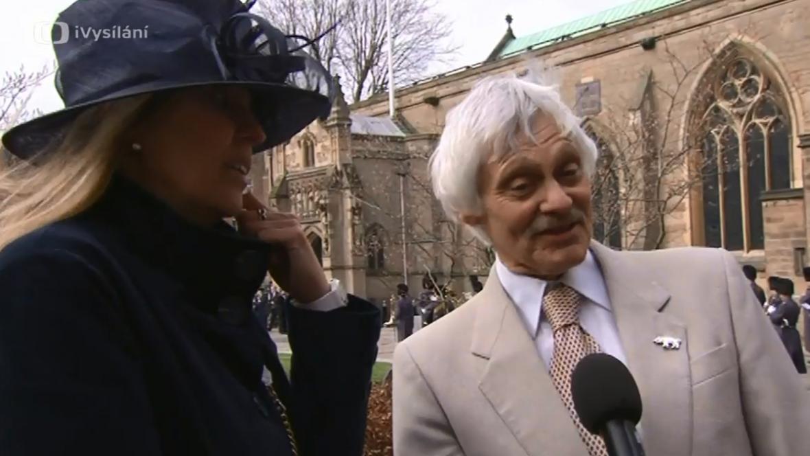 Phillippa Langleyová a John Ashdown-Hill před katedrálou v Leicesteru