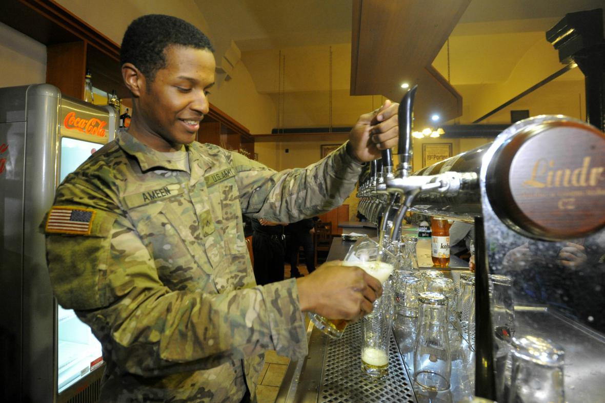 Američtí vojáci v pardubickém pivovaru