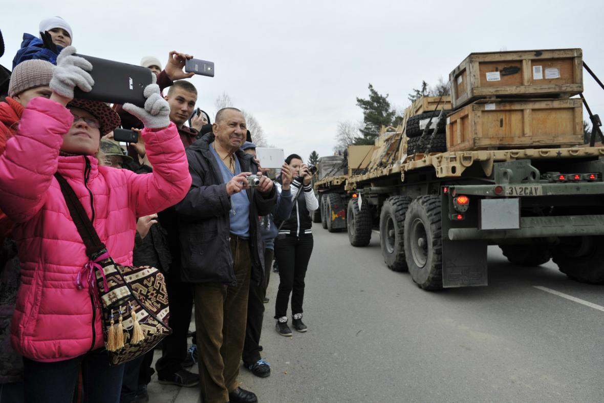 Lidé u Vyškova sledují přijíždějící americký konvoj