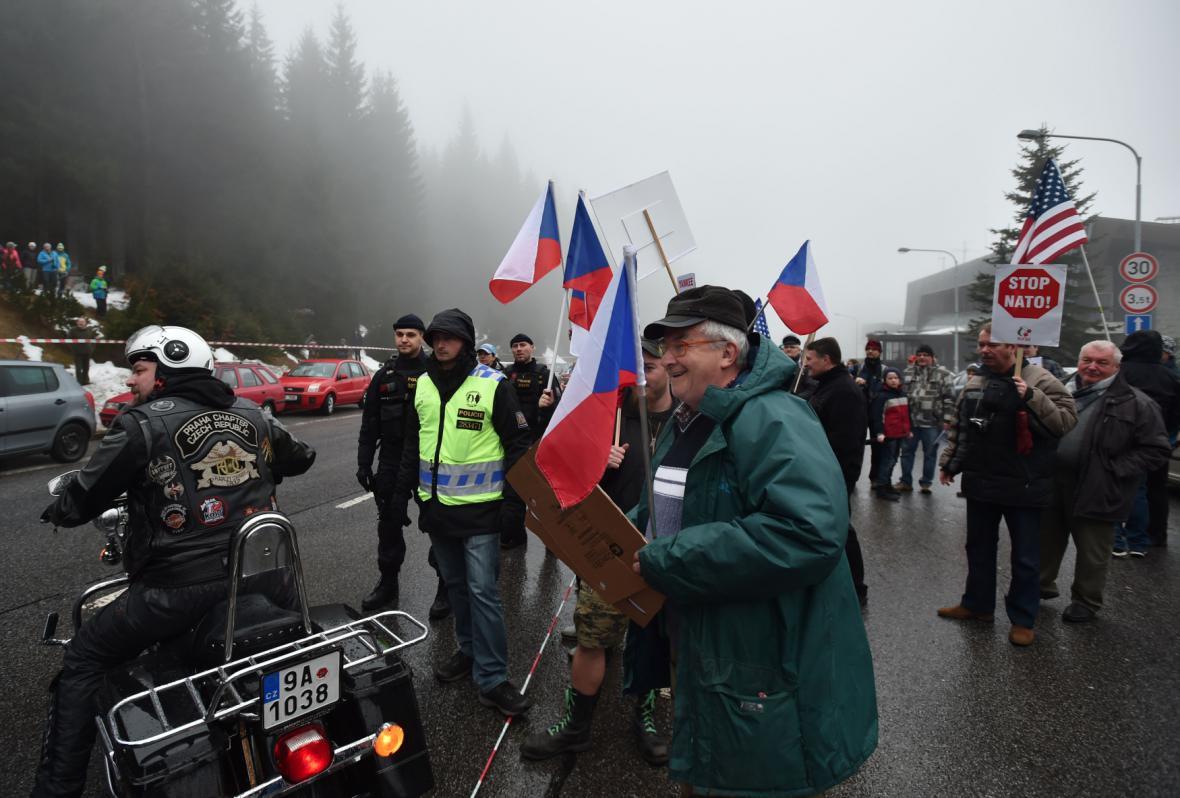 Konvoj, který má překročit přechod v Harrachově, se zpozdil