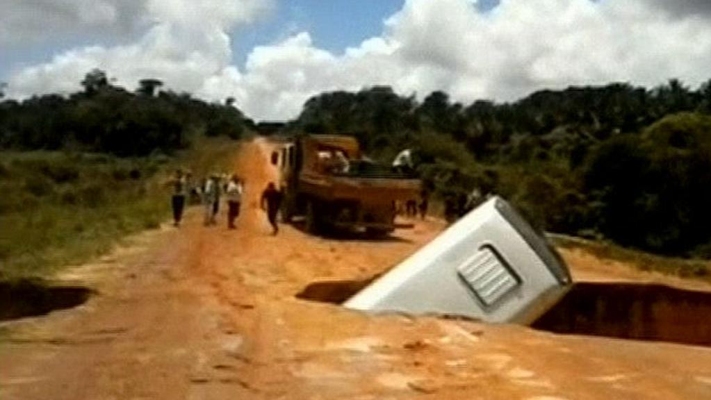Brazilský autobus se náhle propadl do jámy