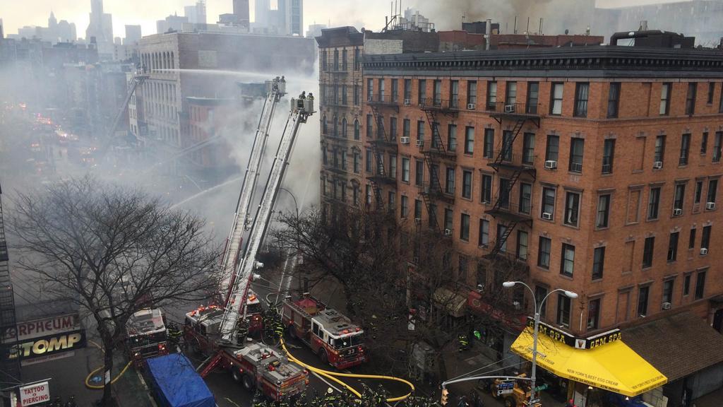 Hasiči likvidují požár po výbuchu v newyorském domě