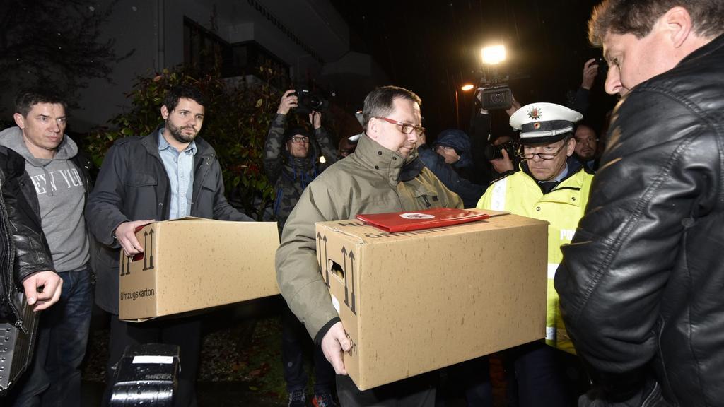 Vyšetřovatelé odnášejí předměty z Lubitzova domu