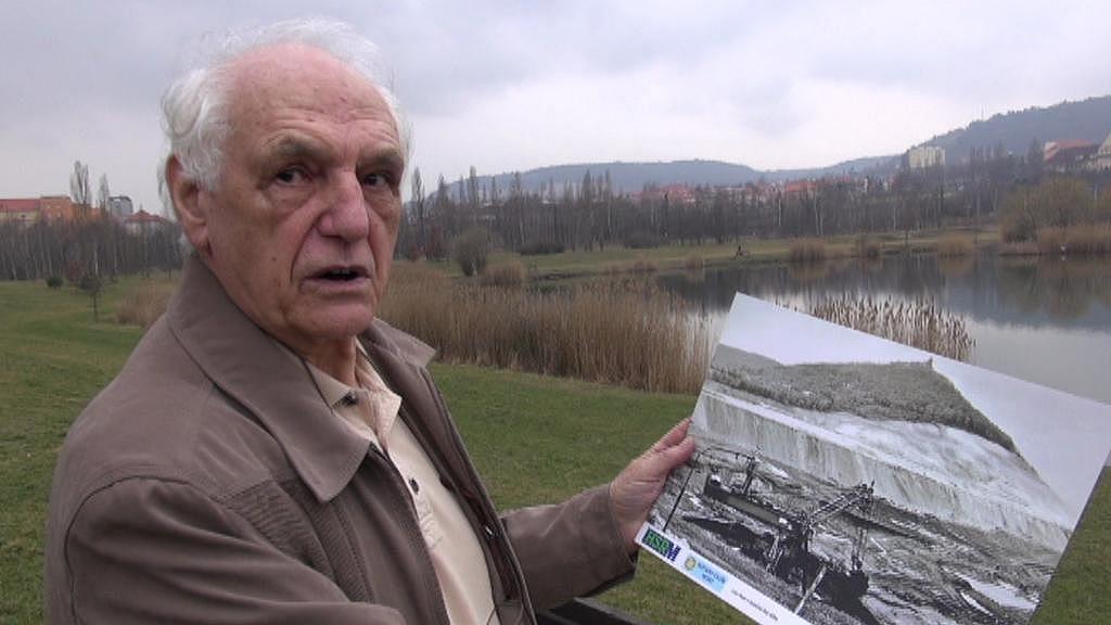 Stanislav Štýs na místě, kde v roce 1972 pořídil fotografii rypadla