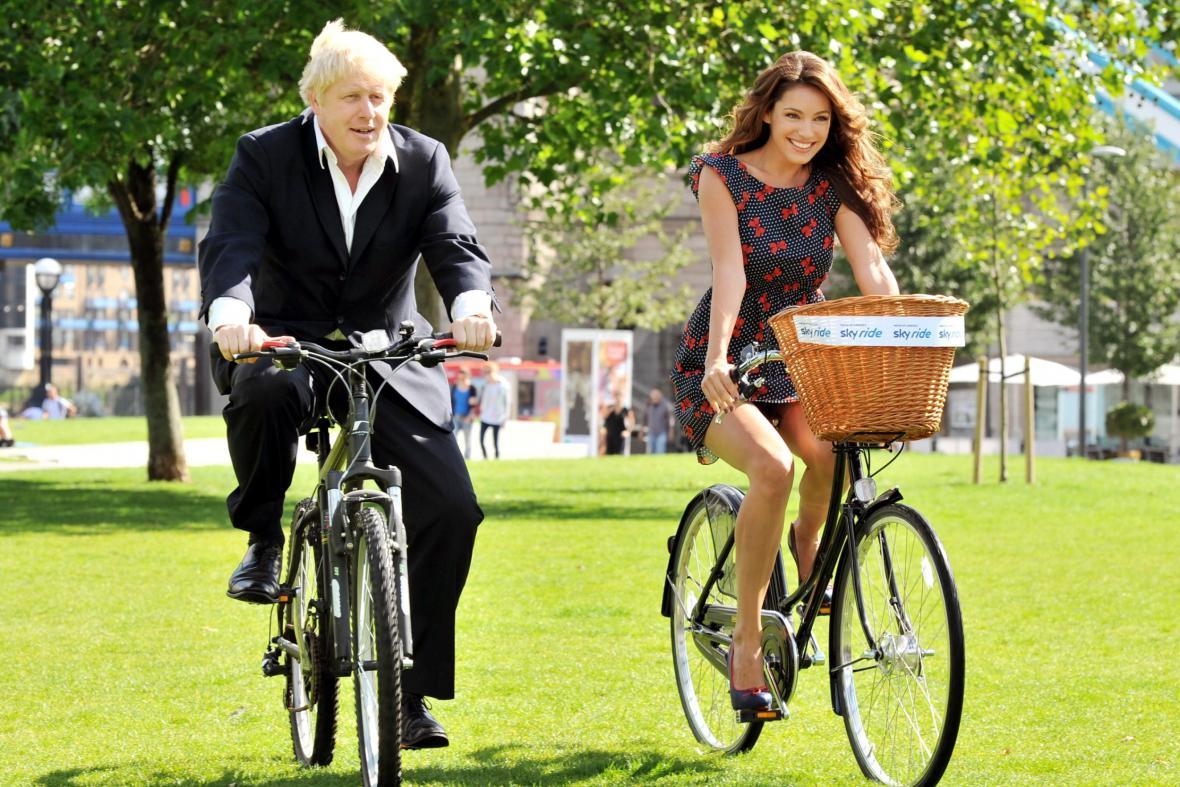 Londýnský starosta Boris Johnson preferuje více než automobil jízdu na kole s britskou herečkou a modelkou Kelly Brook
