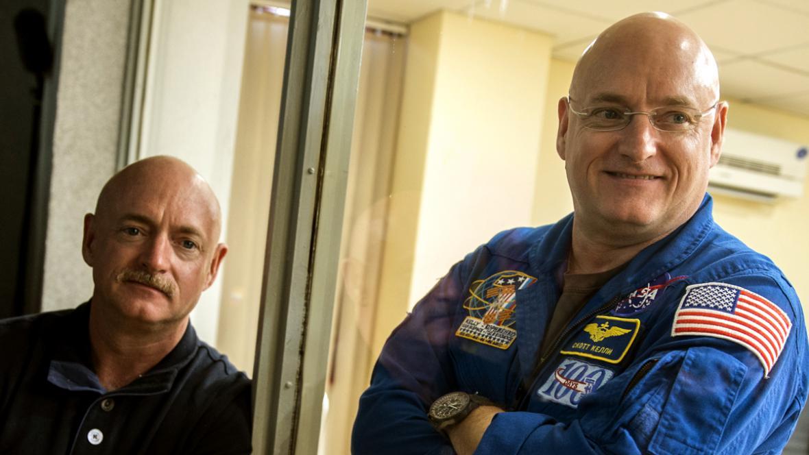 Dvojčata Mark a Scott Kellyovi