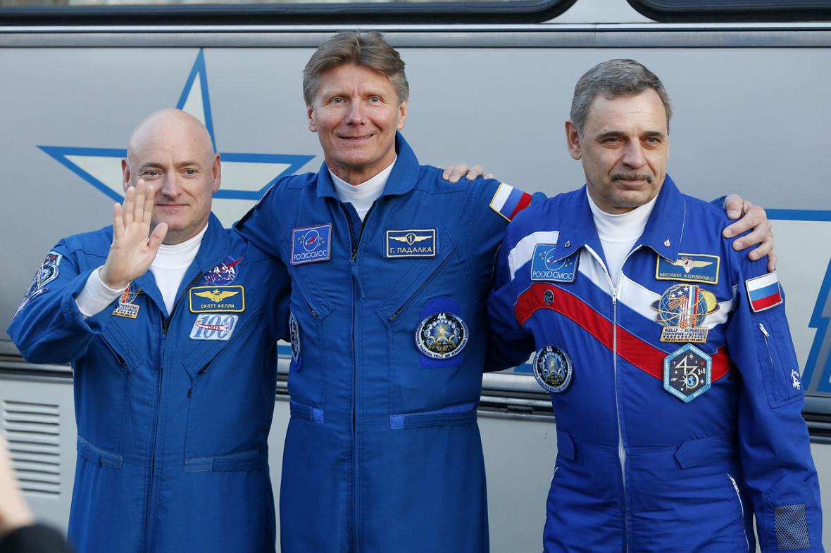 Scott Kelly, Gennadij Padalka a Michail Kornijenko
