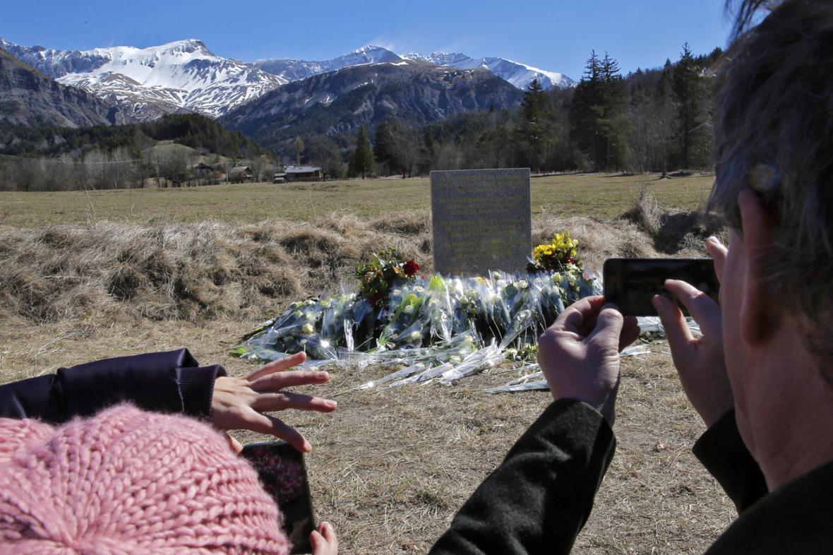 Květiny u pomníku obětem leteckého neštěstí