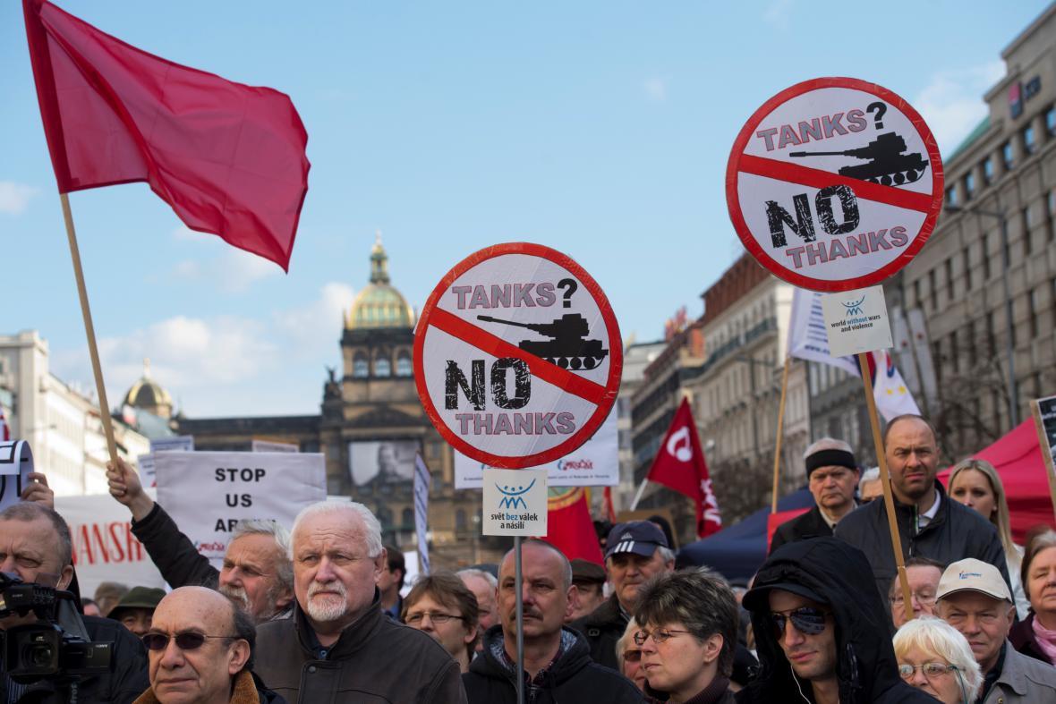 Demonstrace proti průjezdu amerického konvoje