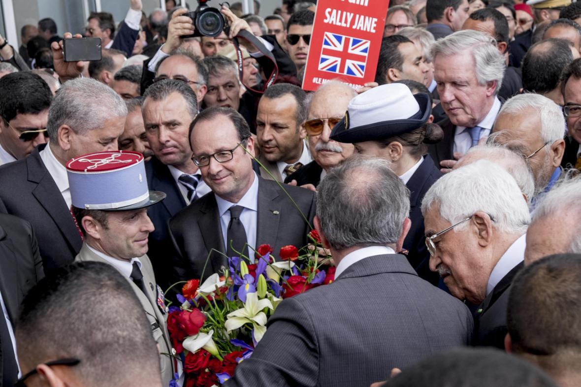 Francois Hollande na tuniském pochodu proti terorismu