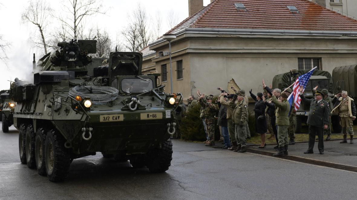 Američtí dragouni přijíždějí do kasáren v Ruzyni