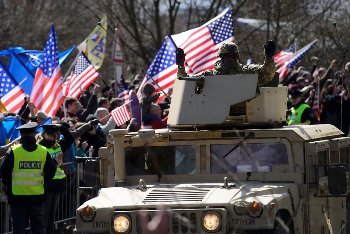Lidé vítají americké vojáky v Praze