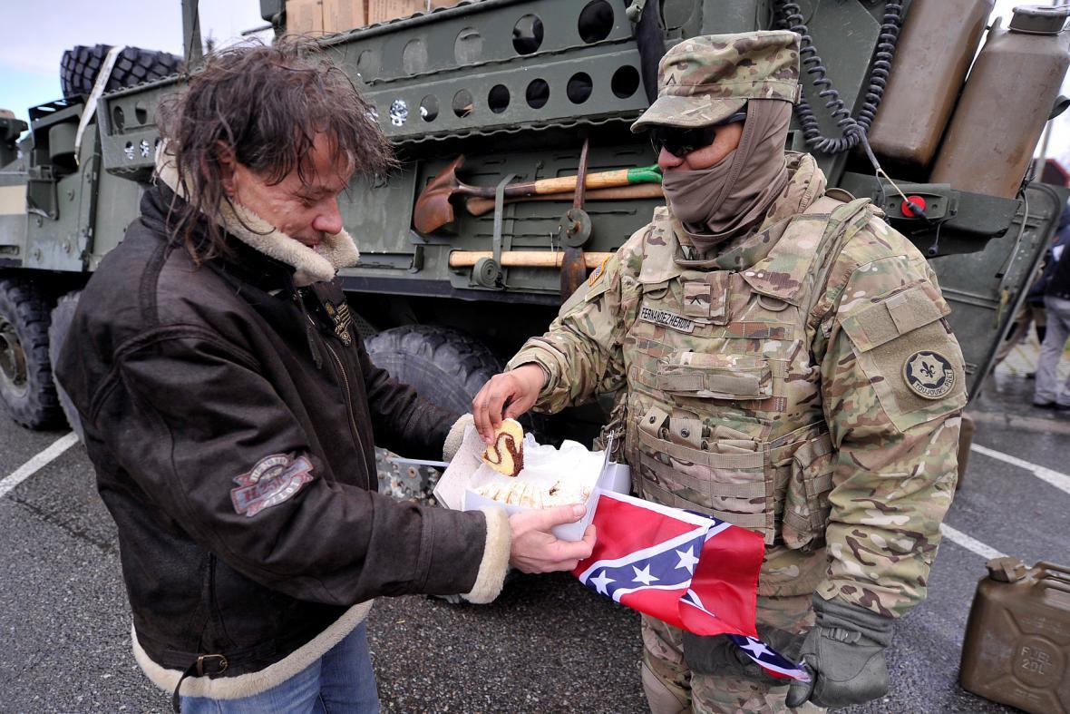 Lidé vítají americké vojáky na cestě do Prahy
