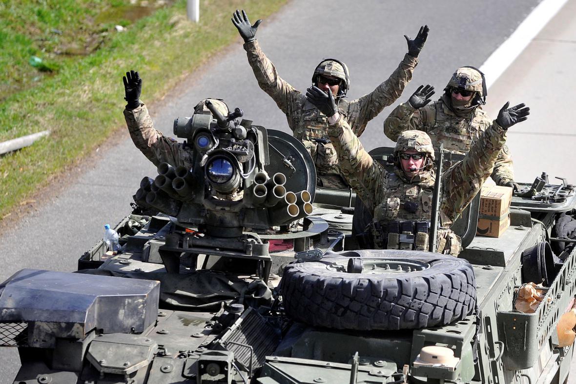 Američtí vojáci na cestě do Prahy