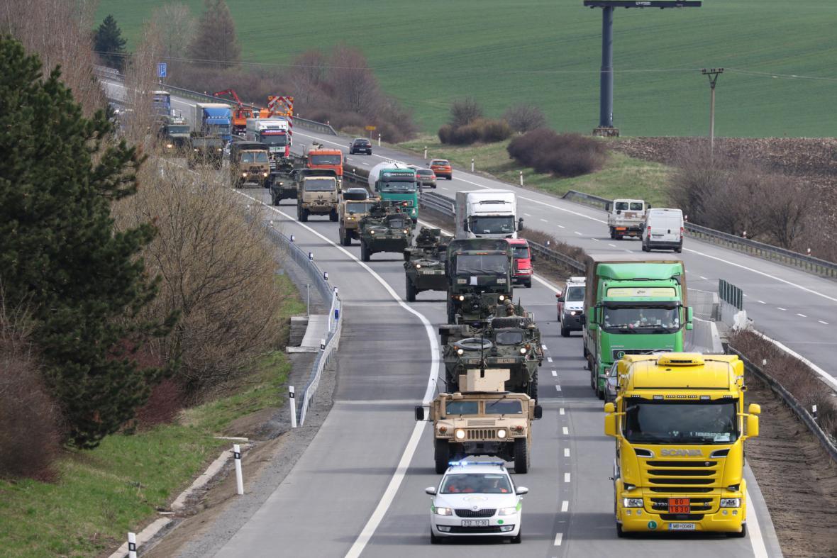 Americký vojenský konvoj na jižní Moravě u Rousínova
