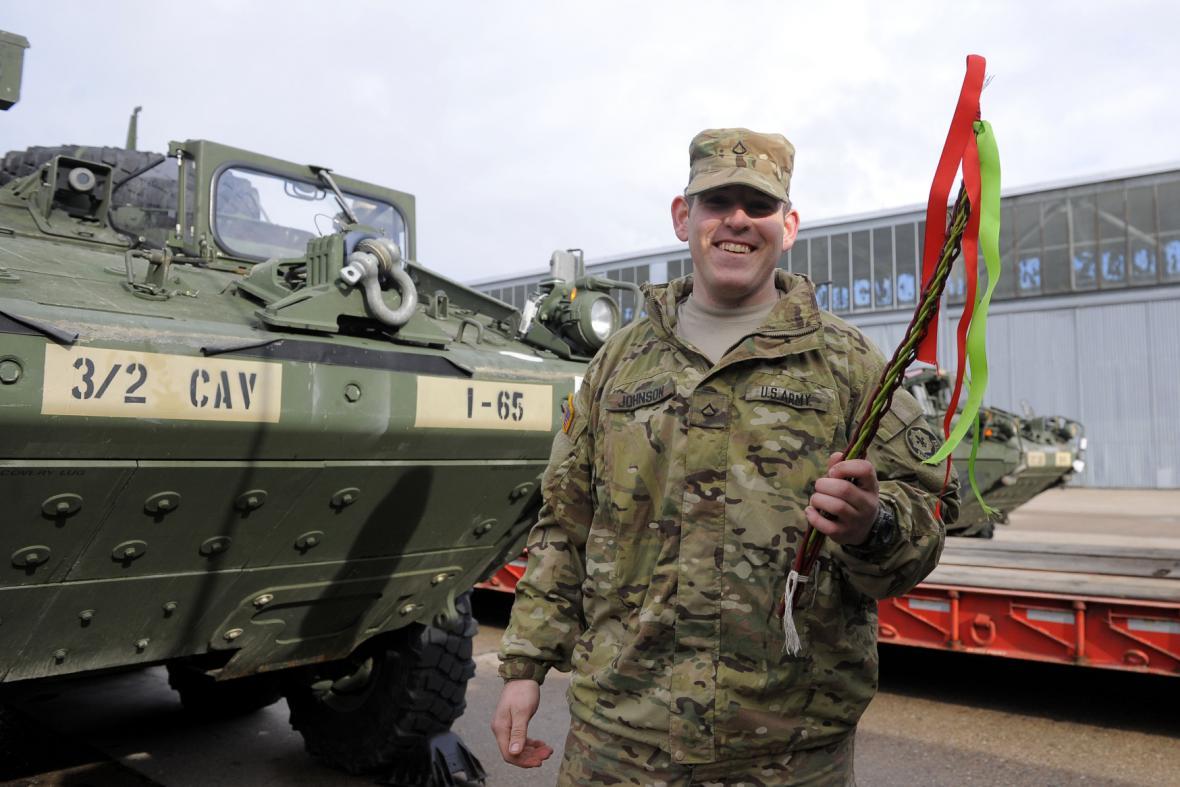 Americký vojenský konvoj v pardubických kasárnách