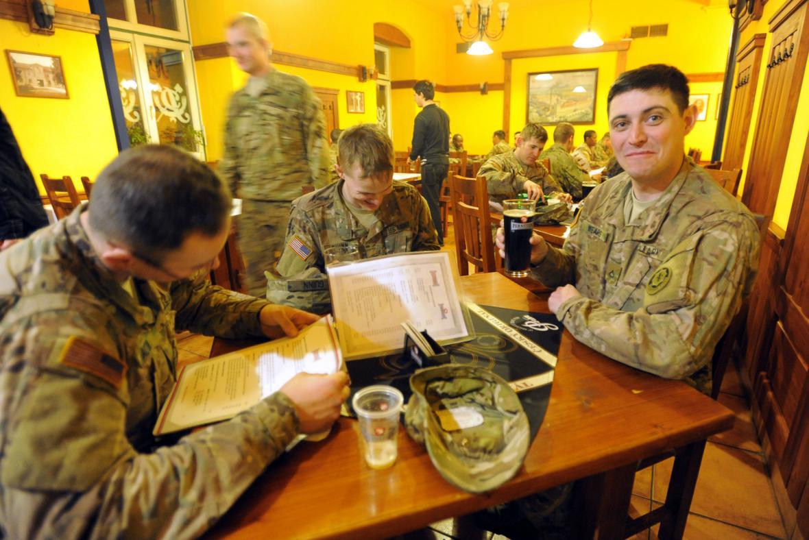 Američtí vojáci navštívili v Pardubicích pivovar a restauraci