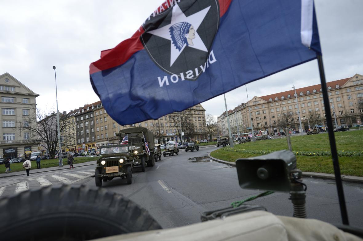 Historický konvoj amerických vojenských vozidel vítá příjezd dragounů