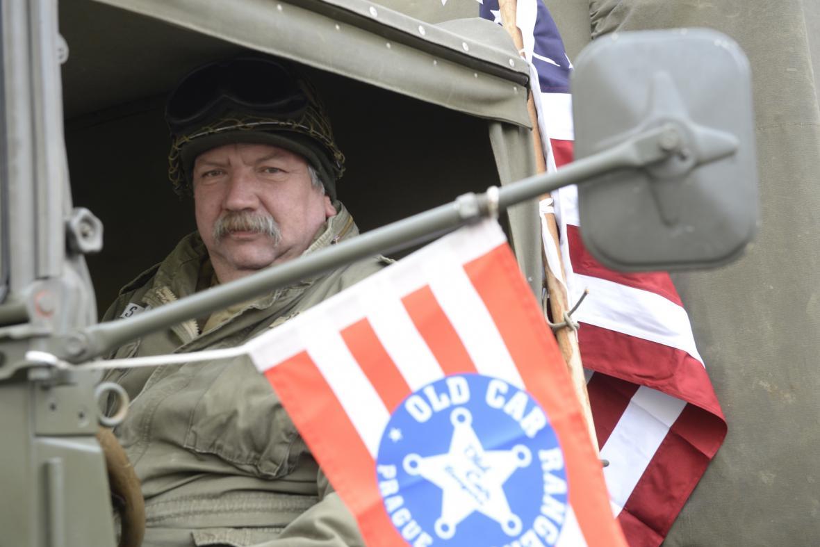 Historický konvoj amerických vojenských vozidel přijel do Prahy přivítat dragouny