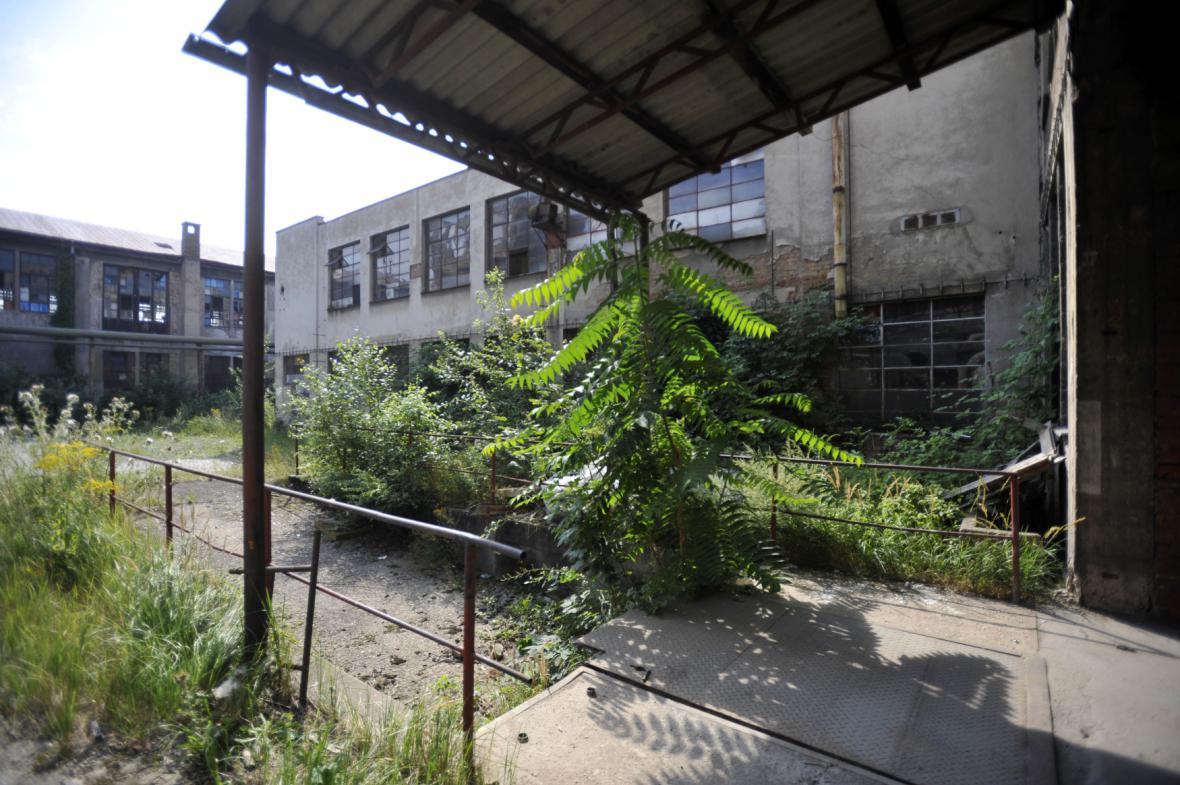 Chátrající areál bývalé továrny Tesla Pardubice