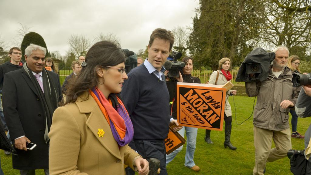 Vůdce Liberálních demokratů Nick Clegg hned první den kampaně vyrazil se spolukandidáty do terénu...
