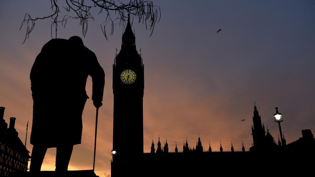 Británie se probudila do prvního dne ostré kampaně