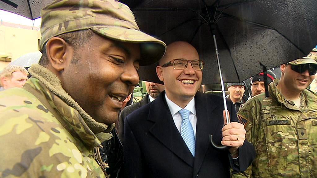 Premiér Bohuslav Sobotka s americkými vojáky