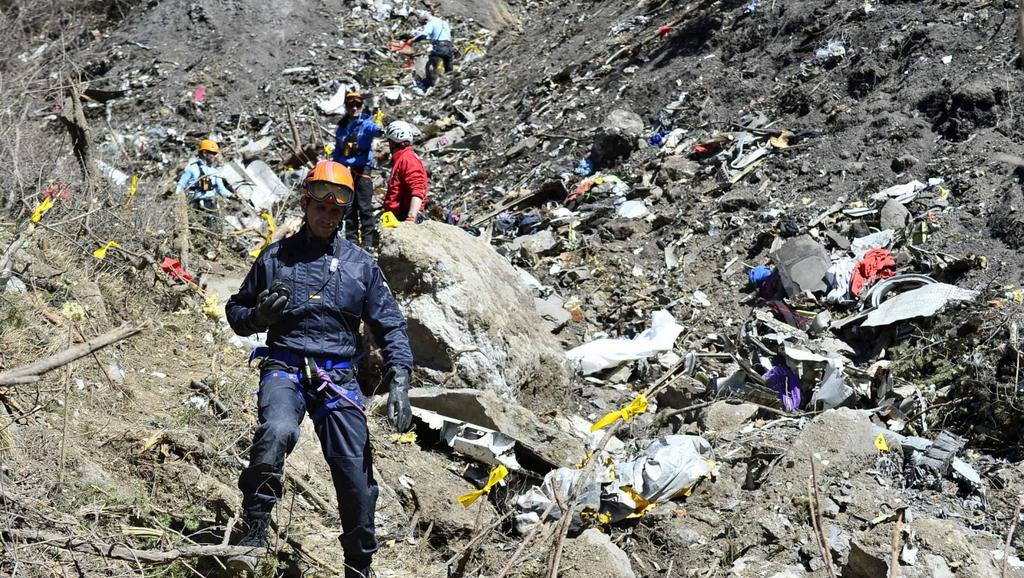 Vyšetřovatelé na místě pádu letadla