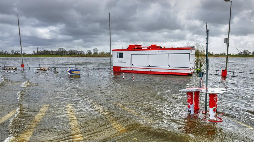 Bouře zvedla hladinu Labe u Hamburku