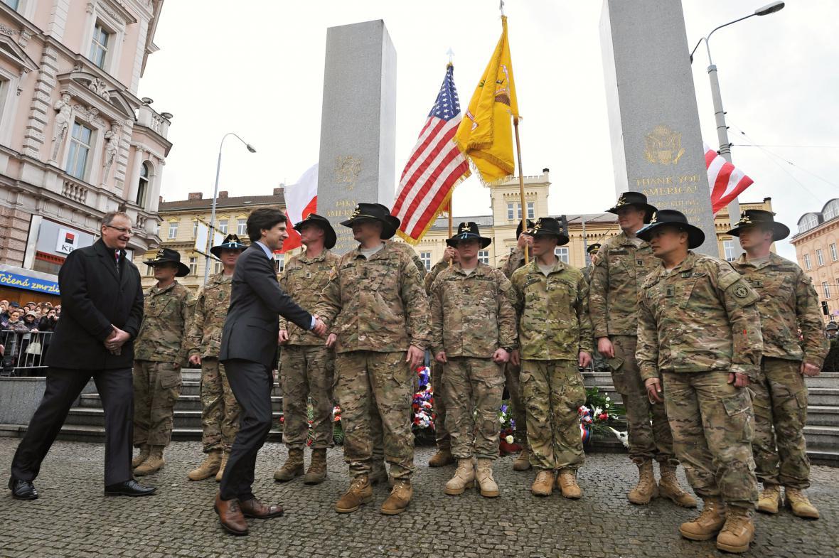 Zástupci velení amerických dragounů v Plzni
