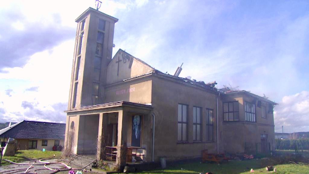 Kostel v Mirovicích zachvátil požár