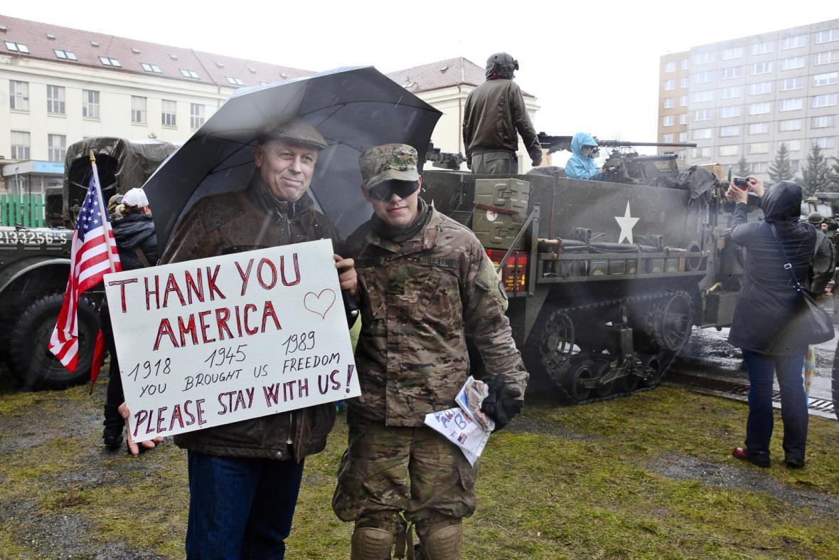 Americký konvoj v Praze vítaly stovky lidí
