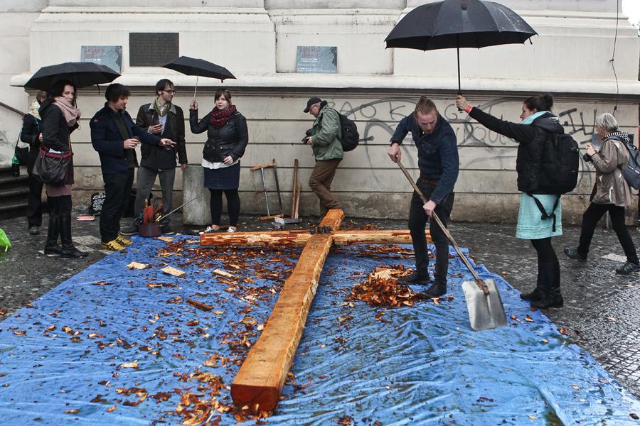 Velkopáteční happening Ukřižování v Praze