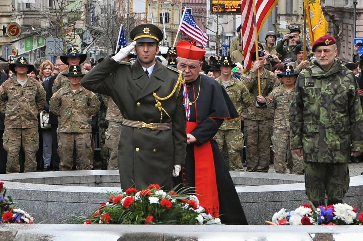 Vojáci a kardinál Duka uctívají památku amerických a belgických vojáků u pomníku Díky, Ameriko v Plzni