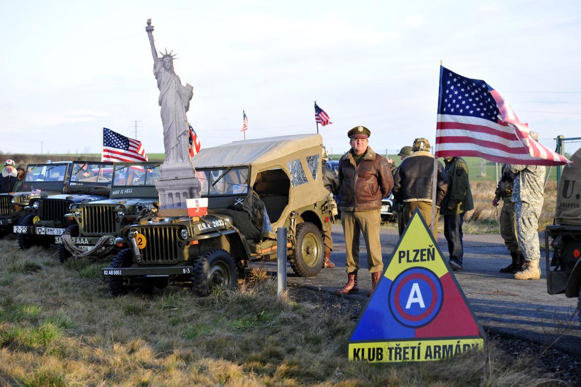 Příznivci amerického konvoje u dálnice D5